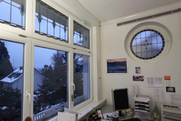 Denkmalschutz Holzfenster in Meranti weiß mit traditioneller Kunstverglasung in neue Wärmeschutzverglasung montiert_ Fenstertausch in Stuttgart Weil im Dorf