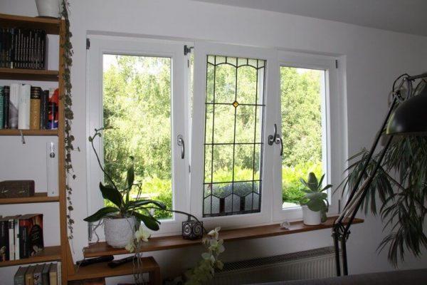 Fenster-aus-Holz-Esslingen-dreiteiliges-Element-mit-Bleiverglasung-Waermeschutzglas-KfW-Foerderung-Fenstergriffe-abschliessbar-Fenster-gesichert-vor-Einbruch