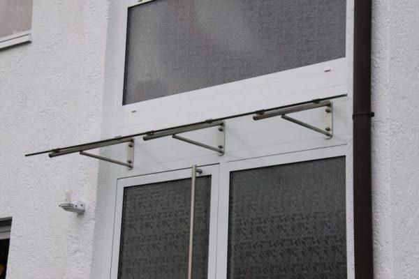 Vordach-Modell-Boeblingen-montiert-in-71101-Schoenaich-Vordach-in-der-Breite-variabel-zu-fertigen-in-der-Tiefe-max-1100-freitragend