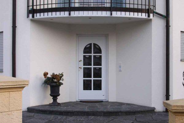 Haustüre mit Rundbogen