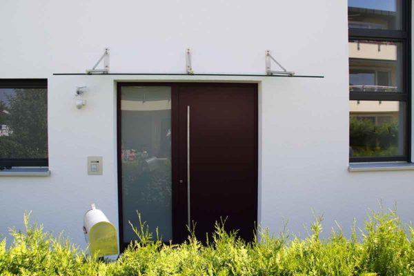 Haustüre mit passendem Vordach