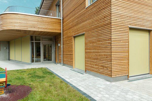 Haus mit Holzfassade und gelben ZipScreen als Sonnenschutz an den Fenstern in 71093 Weil im Schönbuch