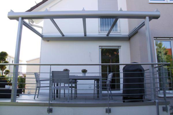 leichte Ansicht Überdachung Terrasse auf Garage in 71069 Sindelfingen