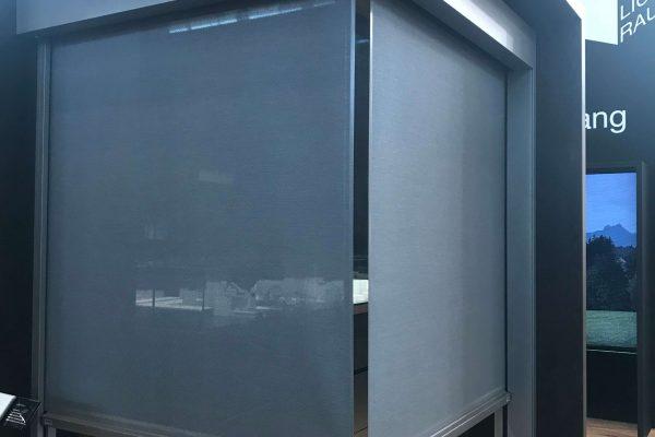 Innovation von ROMA eine neue Lösung für ein Eckfenster mit Eck-Plissee