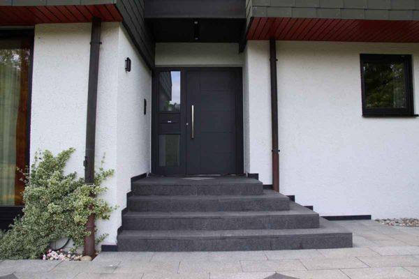 Haustüren anthrazit mit Seitenteil und Briefkasten