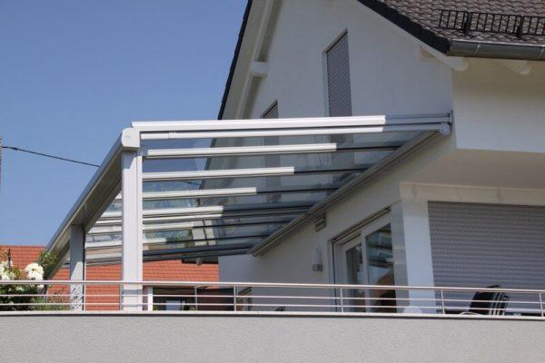Ueberdachung-fuer-Balkon-Boeblingen-Terrassendach-Konstruktion-aus-Aluminium-mit-Glaseindeckung-10-mm-dickes-Sicherheitsglas-Wasserablauf-im-Fallrohr-integriert