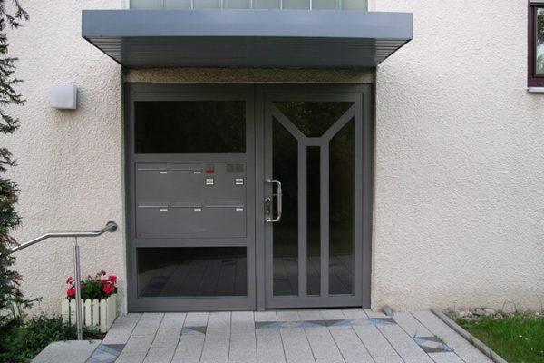 Haustür mit Briefkasten und Seitenteil in 71101 Schönaich
