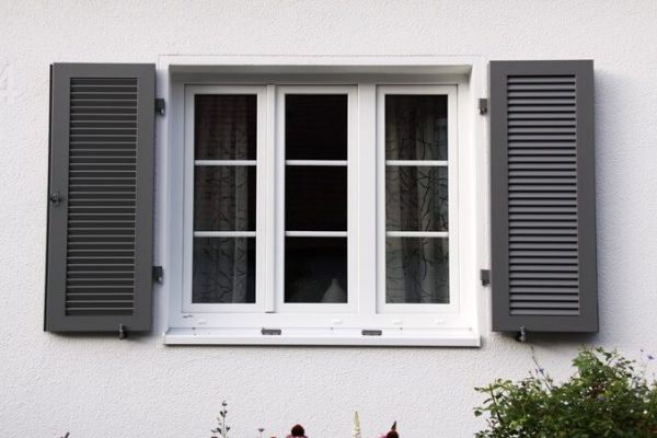 Sprossenfenster mit Klapplaeden