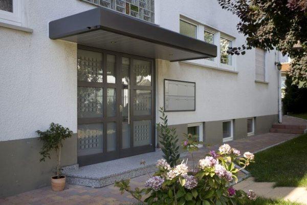 Haustüre mit Überschubdach in Stuttgart Vaihingen